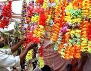 حیدر آباد:عیدالاضحی کی آمد کے موقع پر ایک دکاندار جانوروں کی سجاوٹ ..