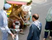 لاہور: راوی روڈ پر رکشہ ڈرائیور روکے جانے پر ٹریفک وارڈن سے بحث و تکرار ..