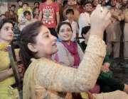 لاہور: تحریک انصاف کی خواتین کارکنان حلقہ این اے127میں انتخابی مہم کے ..