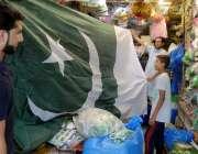 راولپنڈی:14اگست کے حوالے سے ایک شہری قومی پرچم پسند کر رہا ہے۔