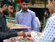 لاہور: دکاندار بارہ ربیع الاول (عید میلاد النبی ﷺ) کی مناسبت سے بیج ..