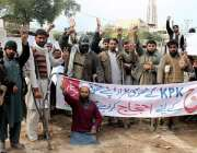 پشاور: گنڈا مار حیات آباد پولیس کے خلاف پریس کلب کے سامنے احتجاجی مظاہرہ ..