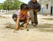 اسلام آباد: وفاقی دارالحکومت میں بچے مقامی پارک میں کھیل کود میں مصروف ..