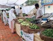ملتان: ضلعی انتظامیہ کے زیر اہتمام لگائے گئے سستا رمضان بازار سے شہری ..
