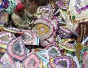 لاڑکانہ: دکاندار گاہکوں کو متوجہ کرنے کے لیے شادی بیاہ میں استعمال ..