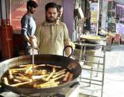 اسلام آباد: دکاندار افطاری کے پیش نظر سموسہ رول وغیراہ فرائی کرنے میں ..