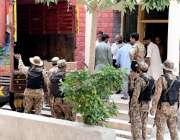 راولپنڈی: سیشن کورٹ کے احاطہ میں بیلٹ پیپرز و دیگر سامان ٹرک میں لوڈ ..
