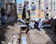 حیدر آباد:مزدور ترقیاتی کاموں کے دوران لطیف آباد کے علاقے میں سیوریج ..