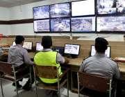 پشاور: ٹریفک پولیس کے اہلکار ٹریفک ہیڈ کوارٹر میں بیٹھے سی سی ٹی وی ..
