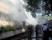 اسلام آباد: فائیر برگیڈ کا عملہ پی آئی ڈی میں لگنے والی آگ بجھانے میں ..