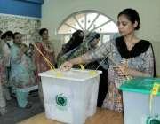 لاہور: عام انتخابات 2018  عام انتخابات کے موقع پر ڈیفنس میں ایک خاتون ..