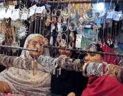 راولپنڈی: عید کی تیاریوں میں مصروف خواتین جیولری خرید رہی ہیں۔
