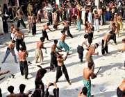 لاڑکانہ: چہلم حضرت امام حسین(رض) کے موقع پر عزادار زنجیر زنی کر رہے ہیں۔