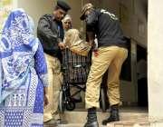 کراچی: عام انتخابات 2018  کراچی کے ایک پولنگ اسٹیشن میں پولیس اہلکار معذور ..