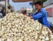 ملتان: ریڑھی بان گاہکوں کو متوجہ کرنے کے لیے لہسن سجا رہا ہے۔