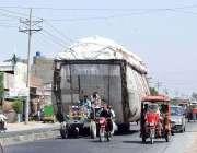 فیصل آباد: ٹریکٹر ٹرالی پر اوور لوڈنگ کی گئی ہے جو کسی حادثے کا سبب بن ..