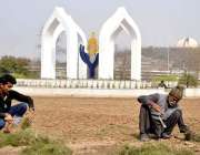 اسلام آباد: سی ڈی ا ے کے اہلکار سڑک کنارے گرین بیلٹ پر کام میں مصروف ..