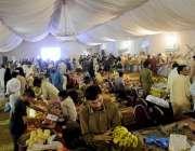 راولپنڈی: سستا بازار کمیٹی چوک سے شہری خریداری کرر ہے ہیں۔