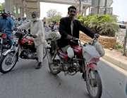 راولپنڈی: ایک معذور شخص اپنی مخصوص موٹر سائیکل چلاتے ہوئے مری روڈ سے ..