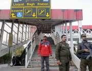 راولپنڈی: لیاقت باغ میٹروبس سٹیشن بند کئے جانے کے بعد پولیس اہلکار ..