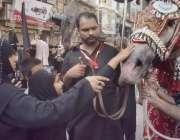 لاہور:8ویں محرم الحرام کے مرکزی جلوس میں ایک بچی ذوالجناح کو عقیدت سے ..