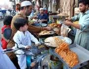 پشاور: شہری افطاری کے اوقات میں سموسے وغیرہ خریدنے میں مصروف ہیں۔