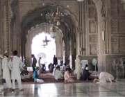 لاہور: شہری بادشاہی مسجد میں نماز ادا کر رہے ہیں۔