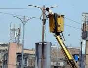 راولپنڈی: ایک ورکر سٹریٹ لائٹس مرمت کرنے میں مصروف ہے۔