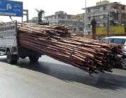کراچی: ٹریفک پولیس کی نا اہلی، ایک ٹرک پر اوور لوڈنگ کی گئی ہے جس کے ..