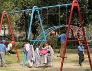 لاہور: نظریہ پاکستان ٹرسٹ کے دورے پر آئے مقامی سکول کے بچے کھیل کود ..