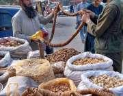 اسلام آباد: ریڑھی بان خشک میوہ جات فروخت کررہا ہے۔
