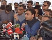 لاہور: قائد حزب اختلاف حمزہ شہباز پنجاب اسمبلی کے احاطے میں میڈیا سے ..