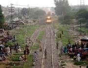 فیصل آباد: شہری کسی خطرے کی پرواہ کیے بغیر ریلوے ٹریک کراس کر رہے ہیں ..