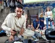 اسلام آباد: موچی جوتے مرمت کرنے میں مصروف ہے۔