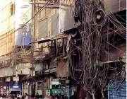 کراچی: صدر ایمپرس مارکیٹ میں بجلی کے پول پر لٹکتے ہوئے ٹیلیفون اور ٹی ..