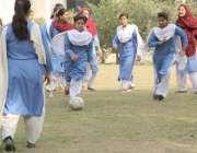 لاہور: فاطمہ گرلز ہائی سکول مزنگ میں طالبات فٹ بال کھیل رہی ہیں۔