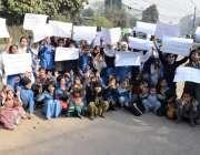 لاہور: مالی پورہ کے رہائشی اپنے مطالبات کے حق میں پریس کلب کے باہر احتجاج ..