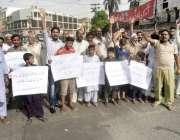 لاہور: قلعہ گجر سنگھ کے رہائشی اپنے مطالبات کے حق میں پریس کلب کے باہر ..