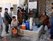 راولپنڈی: شہر میں پانی کی قلت کے باعث خیابان سر سید سیکٹر ٹو علاقہ مکین ..
