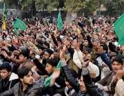 راولپنڈی: لیاقت باغ میں منعقدہ تاجدار ختم نبوت کانفرنس کے شرکاء ہاتھ ..