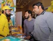 لاہور: مقامی ہوٹل میں حلال فوڈ کانفرنس و نمائش میں شہری ایک سٹال سے ..