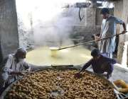 پشاور: کسان روایتی انداز سے گڑھ بنا رہے ہیں۔