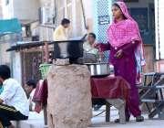 سرگودھا: ایک کمسن بچی گھر کی کفالت کے لیے سڑک کنارے چائے کا سٹال لگائے ..