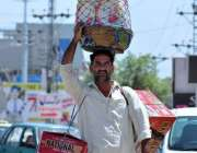 راولپنڈی: ایک محنت کش پھیر لگا کر مختلف اشیاء فروخت کررہا ہے۔