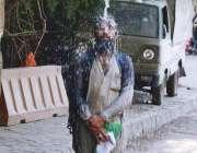 لاہور: ایک شخص گرمی کی شدت کم کرنے کے لیے واسا کے نل کے نیچے نہا رہا ہے۔