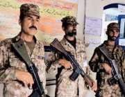 راولپنڈی: عام انتخابات 2018  کے موقع پر پولنگ اسٹیشن پر پاک فوج کے جوان ..