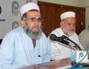 پشاور: درہ آدم خیل کے رہائشی حبیب سعید پریس کانفرنس کر رہے ہیں۔