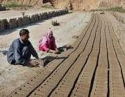فیصل آباد: مزدوروں کے عالمی دن سے بے خبر ایک جوڑا بھٹہ پر اینٹیں بنانے ..