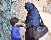 پشاور: انسداد پولیو مہم کے دوران لیڈی ہیلتھ ورکر بچے کو پویلیو کے قطرے ..