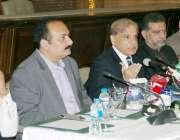 لاہور: وزیر اعلیٰ پنجاب محمد شہباز شریف پریس کانفرنس سے خطاب کر رہے ..